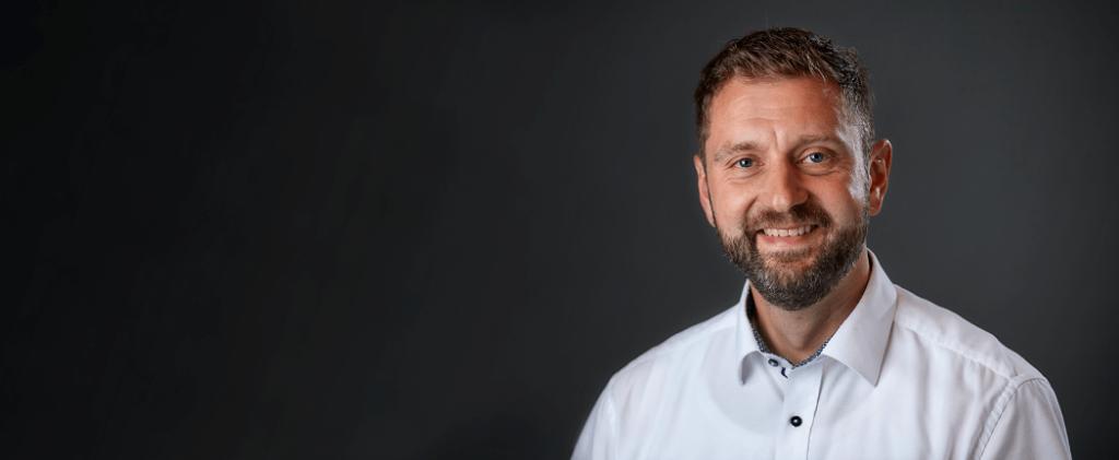 Glad Nærrevision revisormedarbejder foran sort baggrund